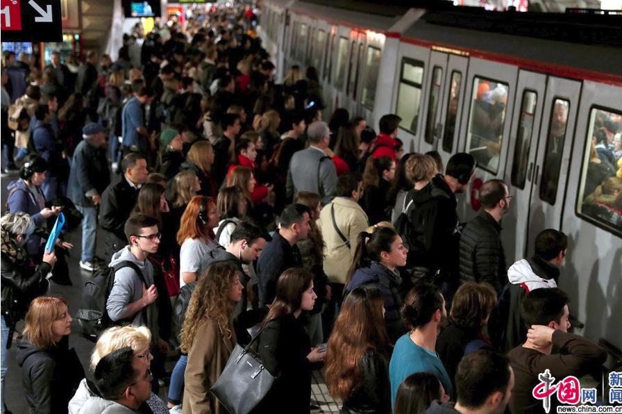 西班牙巴塞罗那地铁工人举行大罢工