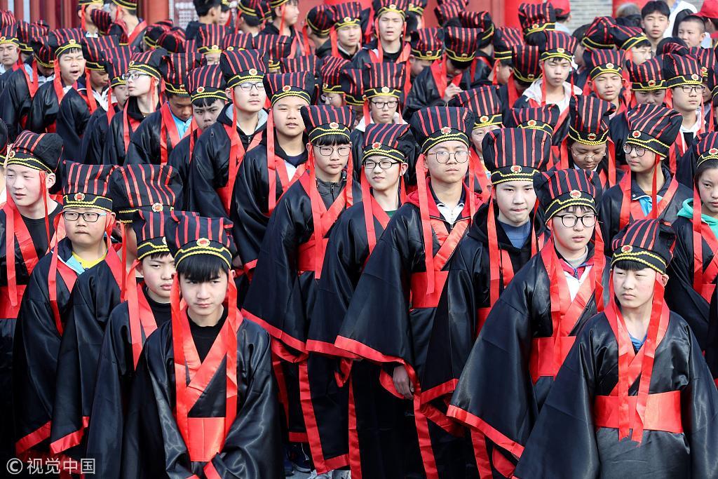 河南开封五百学子穿古装齐诵《满江红》