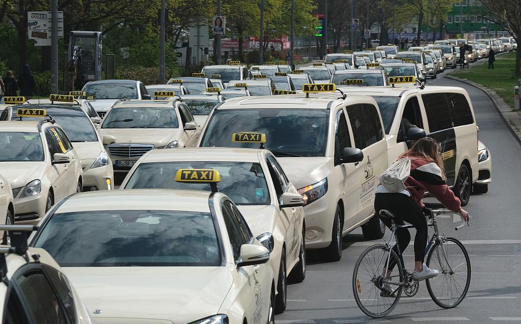 """德国出租车司机驾车""""接龙""""示威 抗议网约车抢占市场"""