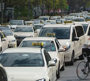 """德国出租车司机驾车""""接龙""""示威"""