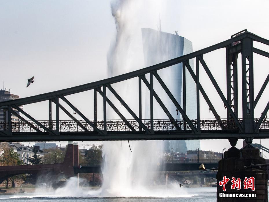 德拆除一枚250公斤二战炸弹 水下爆破掀巨大水柱