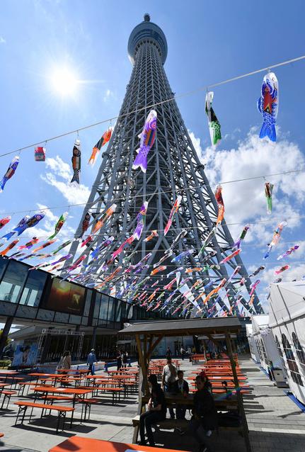 日本东京晴空塔周围挂起鲤鱼旗 迎接男孩节
