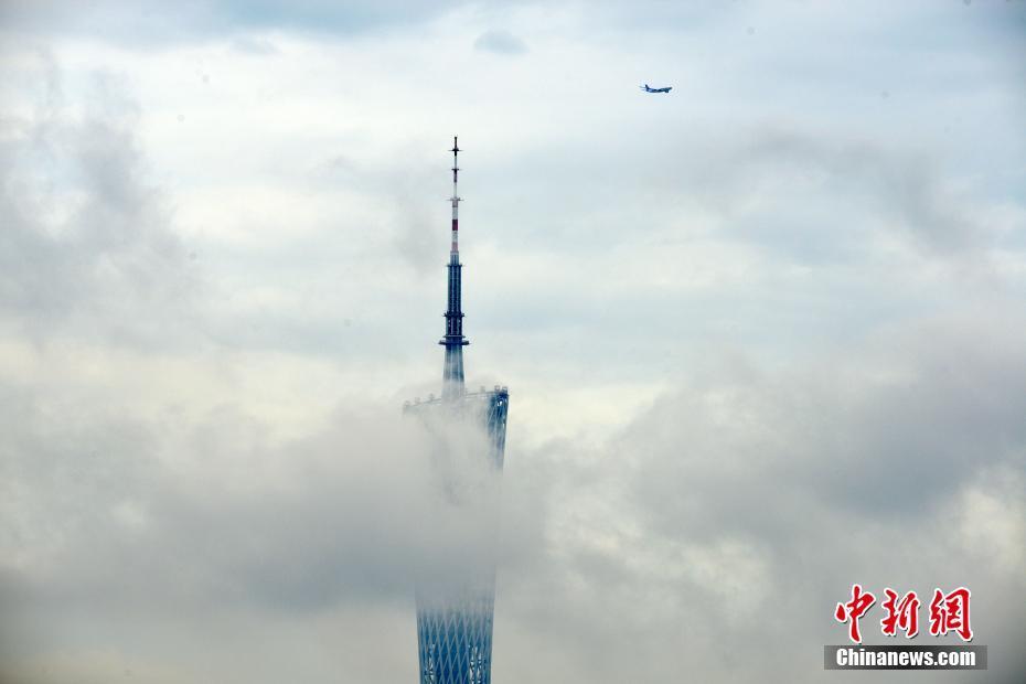 """广州雨后浓雾缠绕""""小蛮腰"""""""