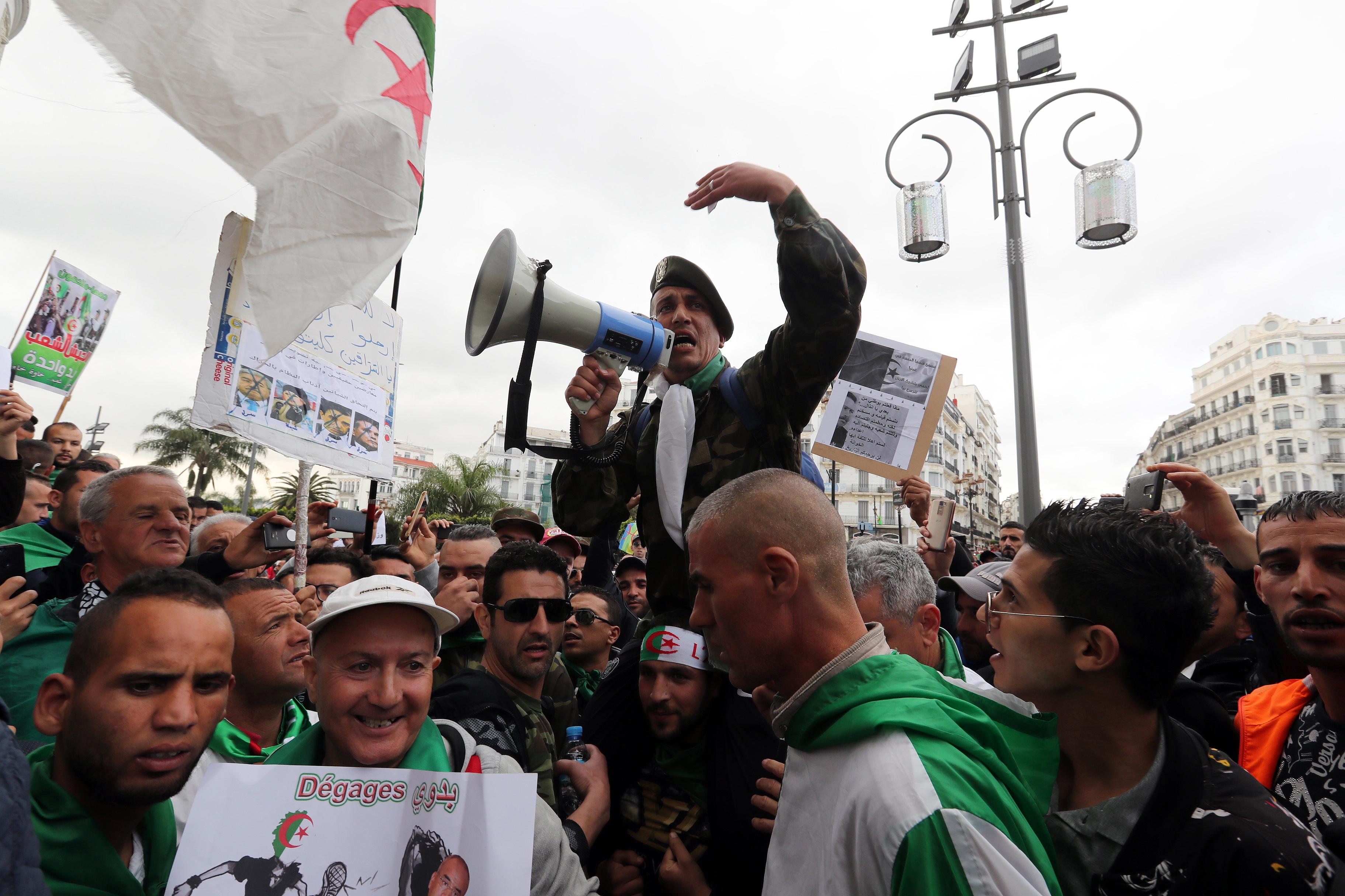 """阿尔及利亚再现数十万人上街游行 要求""""彻底改革"""""""