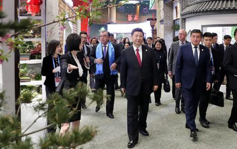 习近平和彭丽媛同外方领导人夫妇共同参观园艺展