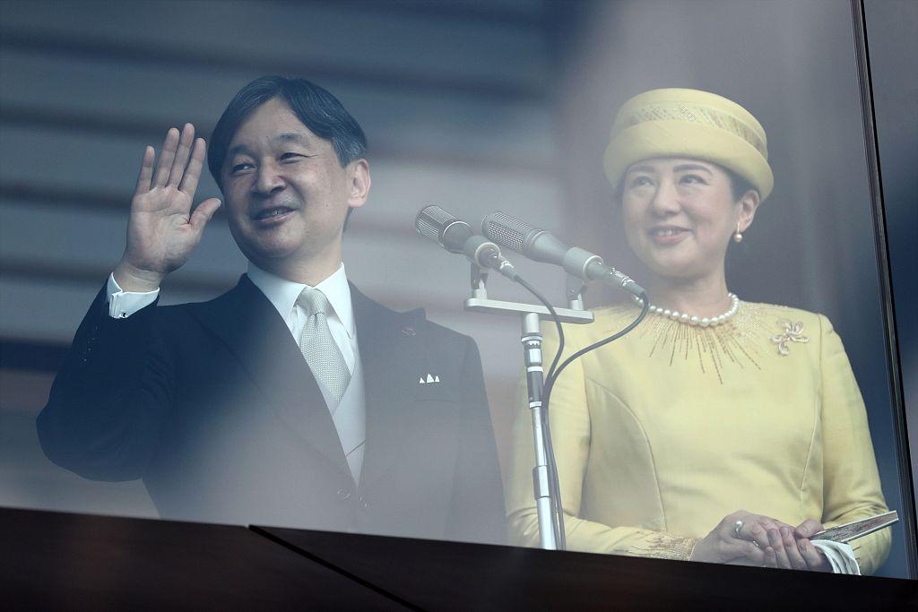 日本德仁天皇夫妇首次公开亮相 接受国民参贺