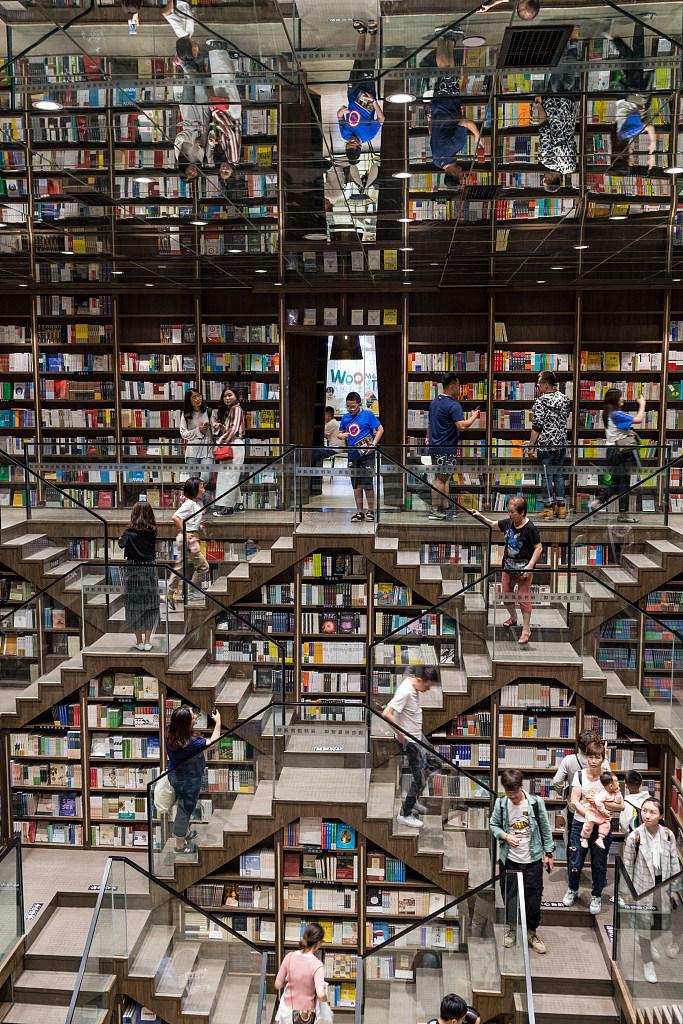 重庆网红书店开启长龙模式 拍照打卡成为读者主流