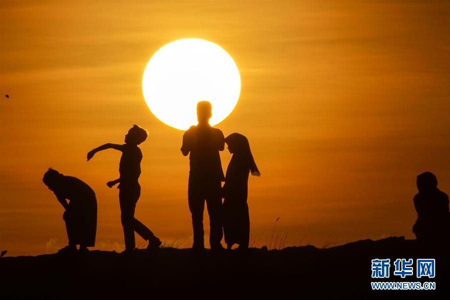 印尼海滩黄昏景色美不胜收 民众流连忘返