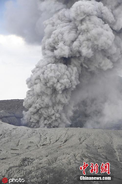 日本阿苏山火山喷发 火山灰如柱冲天