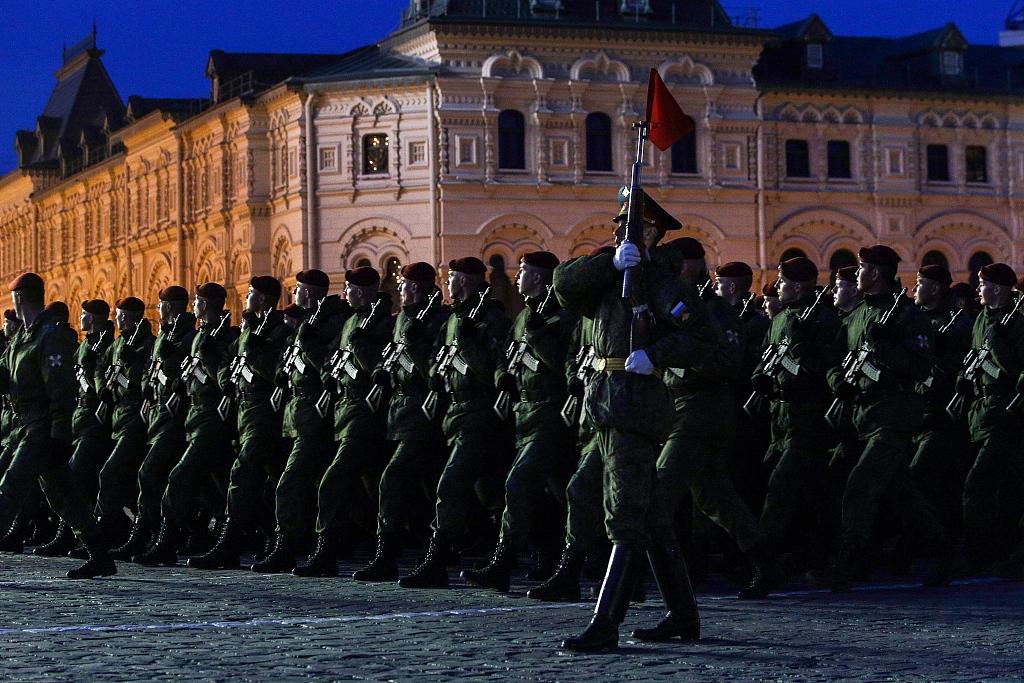 俄举行卫国战争胜利74周年阅兵式夜间彩排