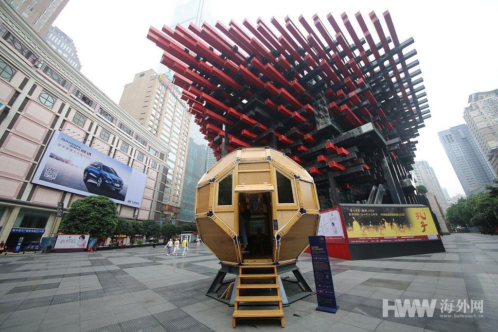 """重庆街头现""""太空舱书屋"""" 最多能装10个人看书"""