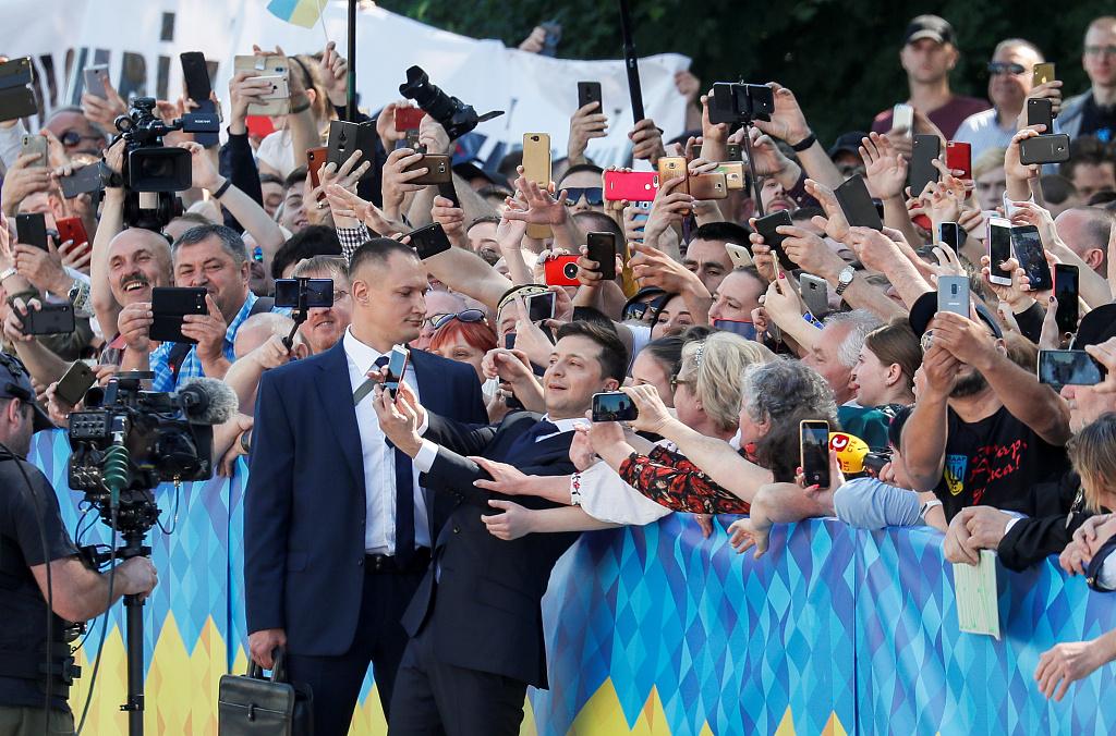 """泽连斯基宣誓就职乌克兰总统 与""""粉丝""""亲密合影"""