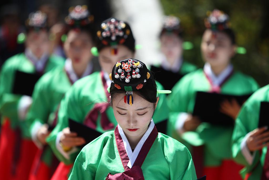 韩国首尔举办儒家成人仪式