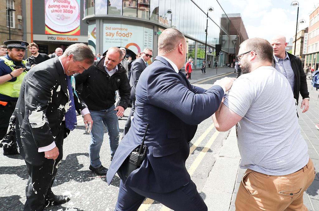 防不胜防!英国脱欧党党魁当街被泼奶昔