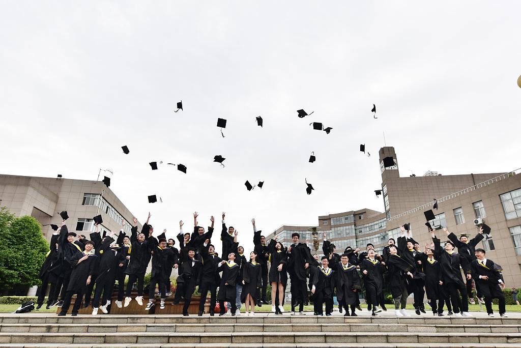 又到高校毕业季 大学生拍摄创意毕业照