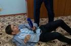 被激怒,俄官员撂倒记者