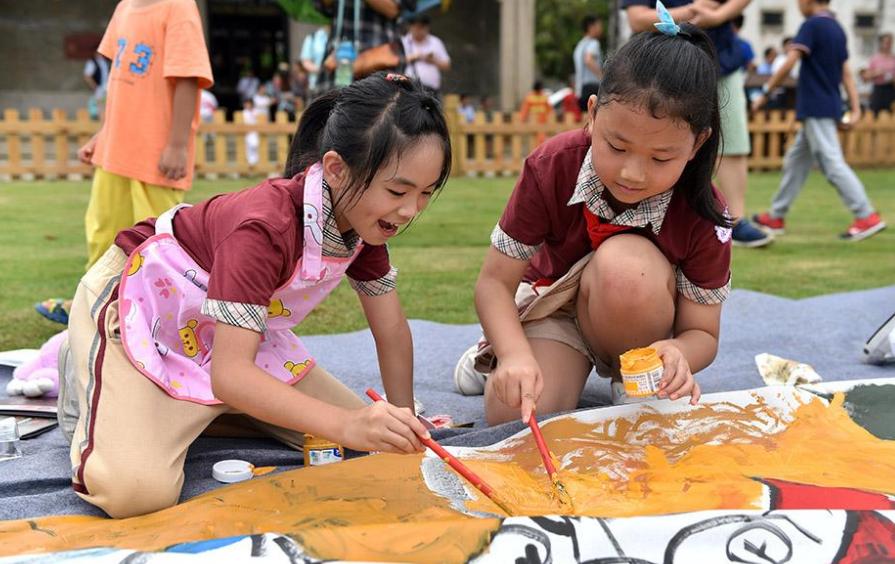 """广东珠海:""""小画家""""儿童节聚古村绘制61米长卷"""