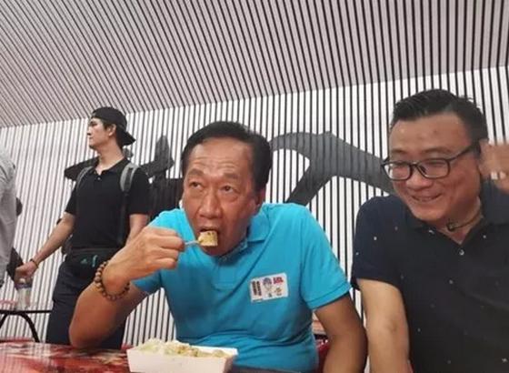 郭台铭吃平民小吃呛声蔡当局:人民不能再忍耐4年