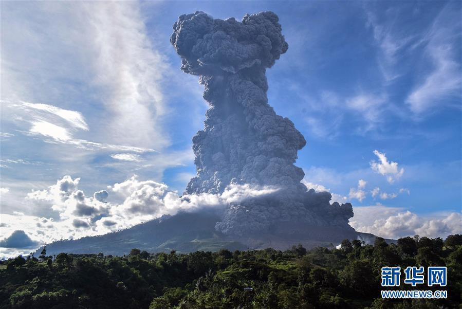 印度尼西亚北苏门答腊卡罗锡纳朋火山喷发