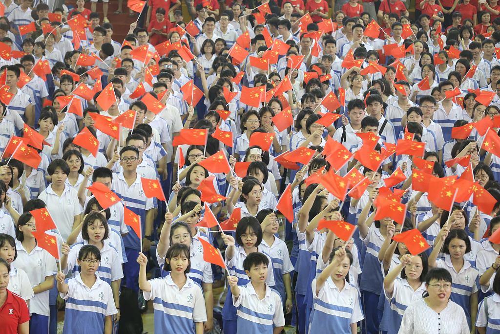 海南海口:千名高三师生挥舞红旗 同唱一首歌献礼毕业季