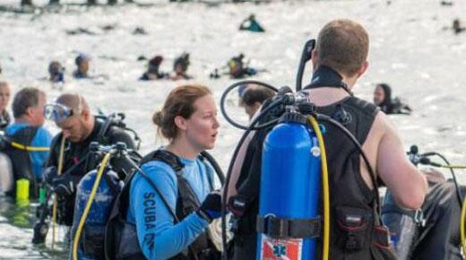 633名潜水员在美打捞超1500磅垃圾 创吉尼斯纪录