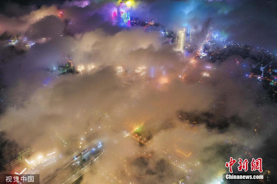 青岛夜空现平流雾景观 灯若繁星夜景旖旎