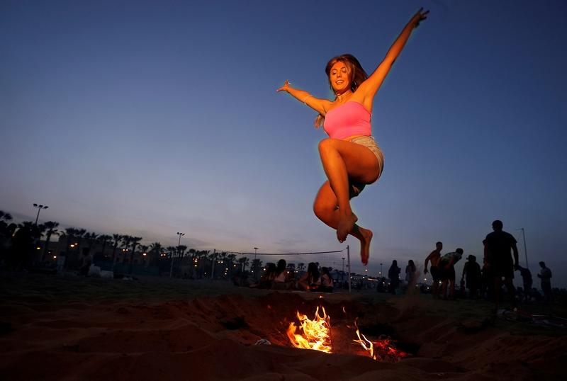 西班牙篝火狂欢迎夏天 民众赤脚走过燃烧煤炭