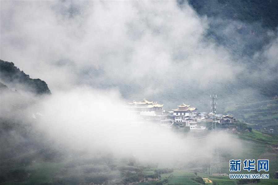 甘肃省甘南藏族自治州:雾中的扎尕那景区