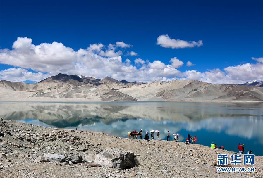 雪山冰川环抱的白沙湖