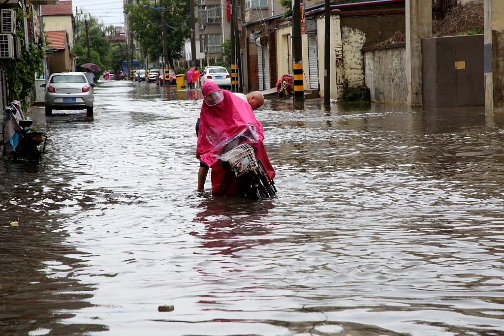 江苏连云港遭遇强降雨天气 市民涉水出行