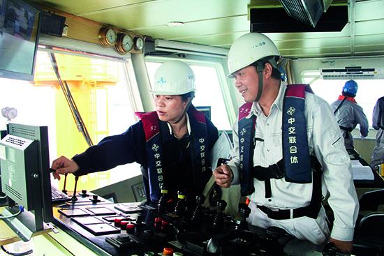 李英在港珠澳沉管专用清淤船上询问数据