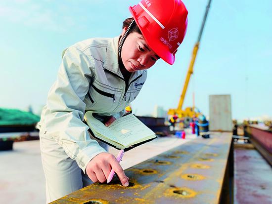 孔炼英在广州沉管隧道项目现场工作中