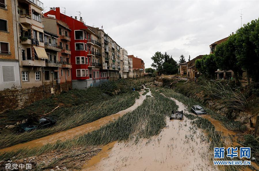 西班牙遭遇强降雨 洪水冲走车辆