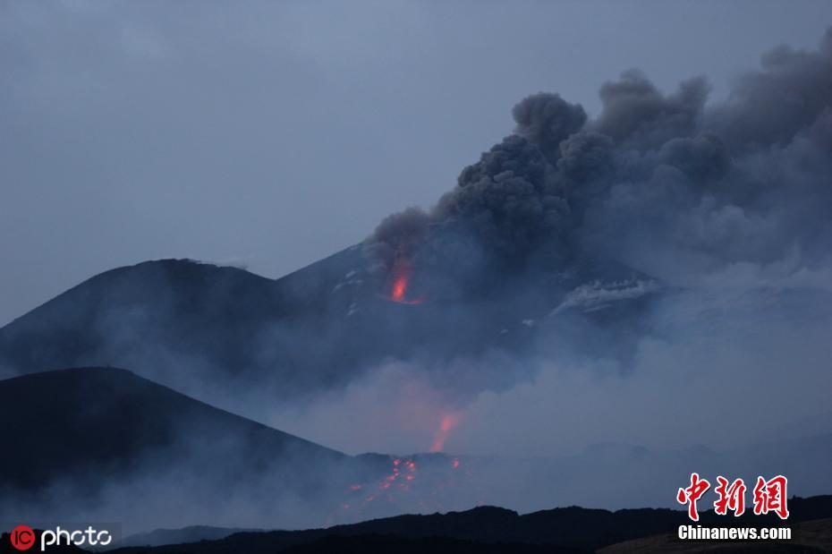 """意大利埃特纳火山喷发 熔岩流淌似""""火河"""""""
