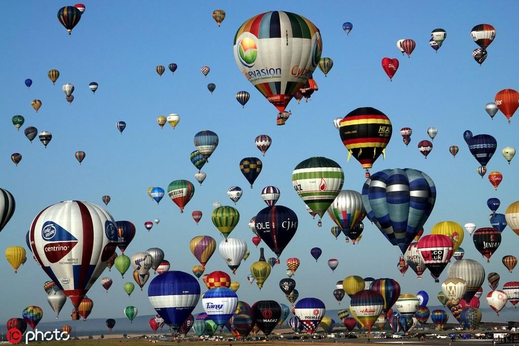 欧洲最大热气球节在法国小镇举行