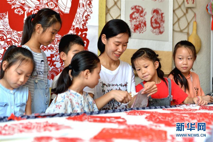 河北磁县:学剪纸乐享暑假,感受传统文化