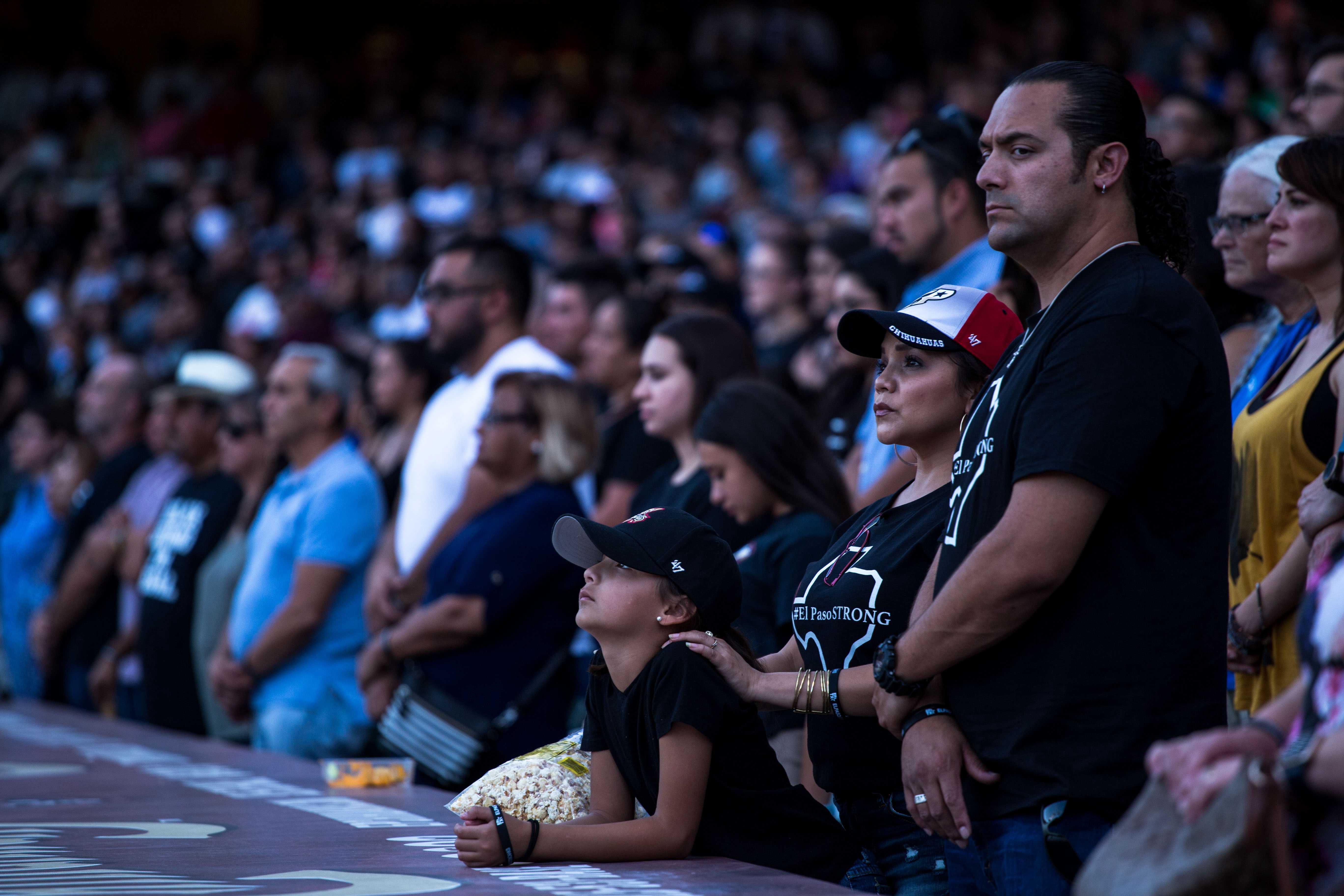 枪击事件频发 美墨民众在边境共悼遇难者