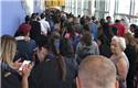 美机场国际旅客大排长龙
