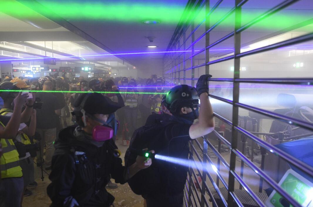 """香港暴徒用镭射照市民,遭怒斥:""""打爆你个头!"""""""