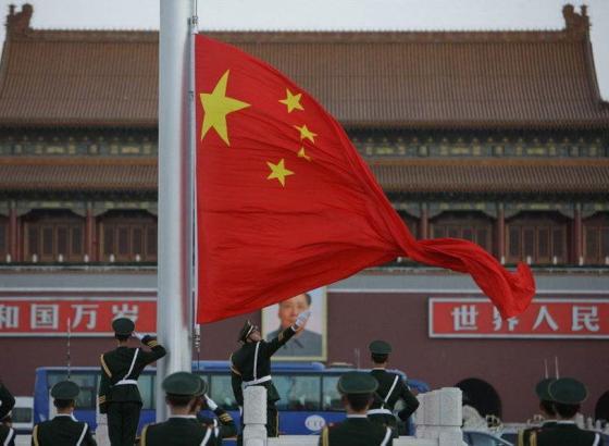"""""""望向国旗,就不会迷失方向""""——一名香港女大学生的""""护旗""""故事"""