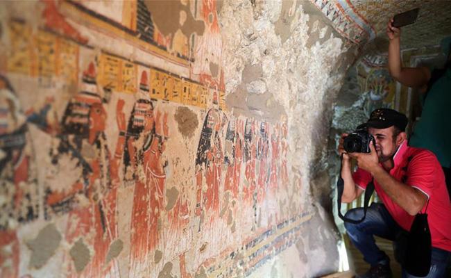 埃及两座3300年历史的古墓向旅客绽放