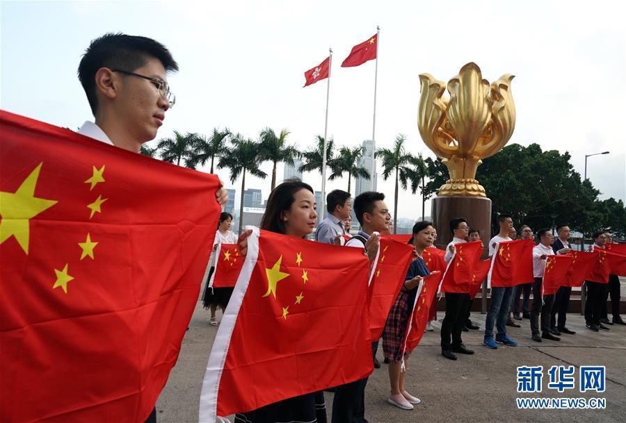 香港:金紫荆广场的70面国旗