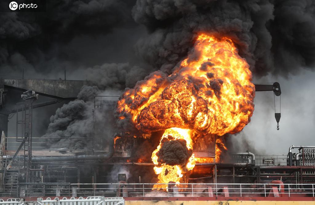 韩蔚山港一油轮发生爆炸 现场火光冲天