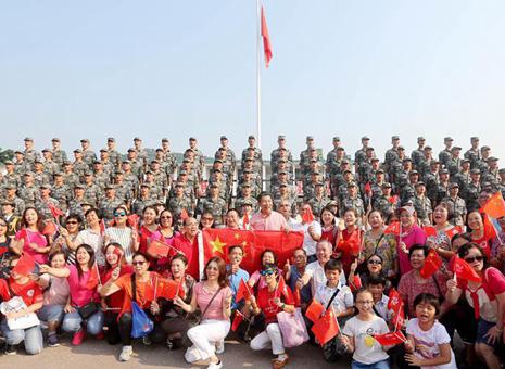 解放军驻香港部队与市民共同庆祝国庆70周年见闻
