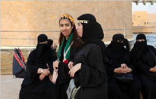 沙特首次容许女性参军