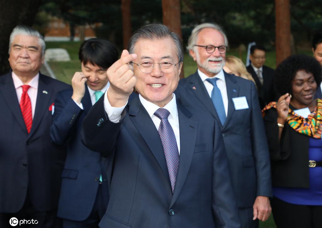 文在寅玩心大发与各国大使比心 比完后自己也忍不住笑了