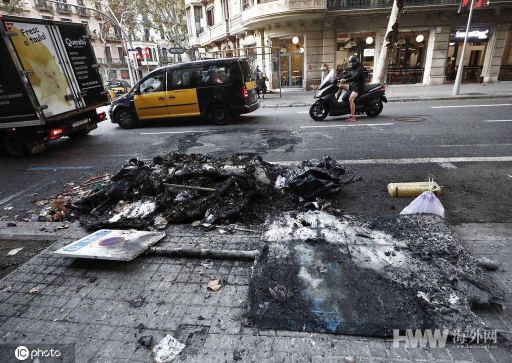 西班牙加区骚乱升级 示威者破坏公共设施遍地狼藉