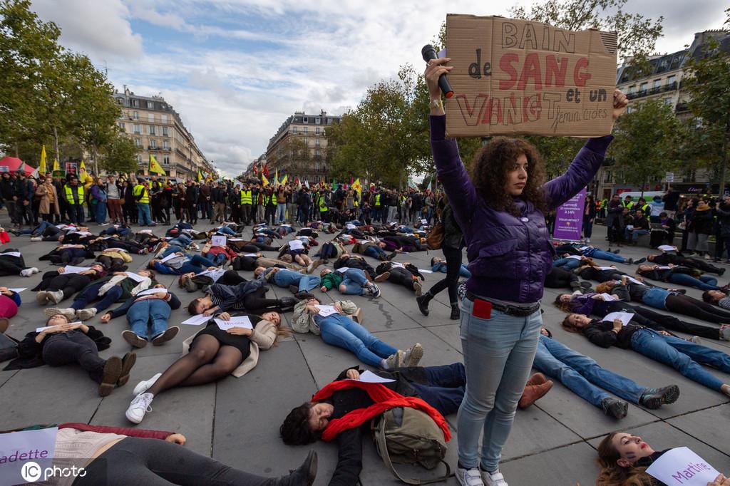 """法国家暴致死问题日益严重 上百女性巴黎""""躺尸""""抗议"""