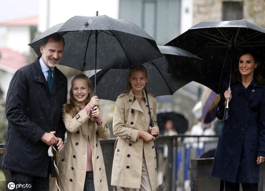 贴心小棉袄!西班牙公主给2米高国王老爸撑伞