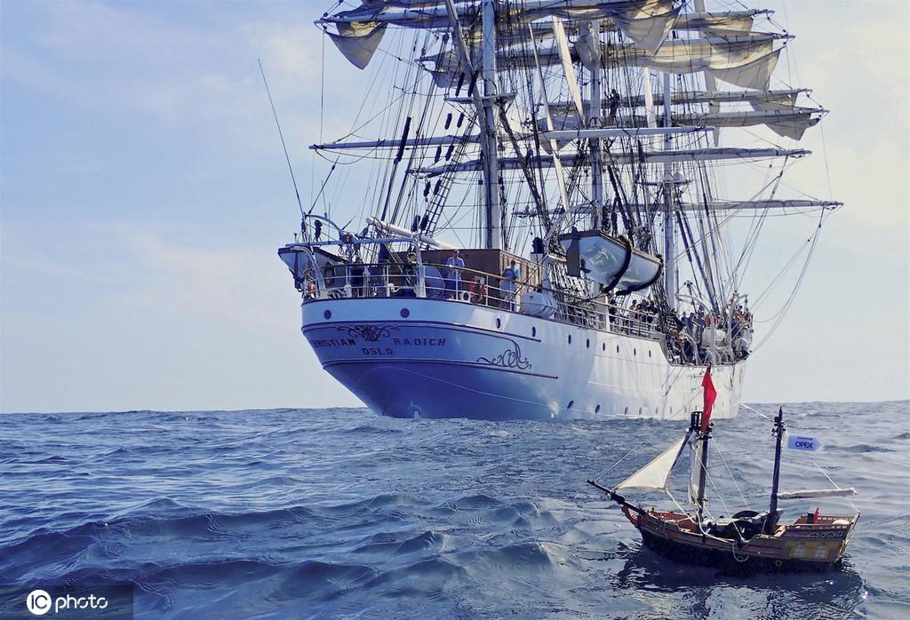 英国两兄弟玩具船横跨大西洋航行近万公里 创吉尼斯世界纪录